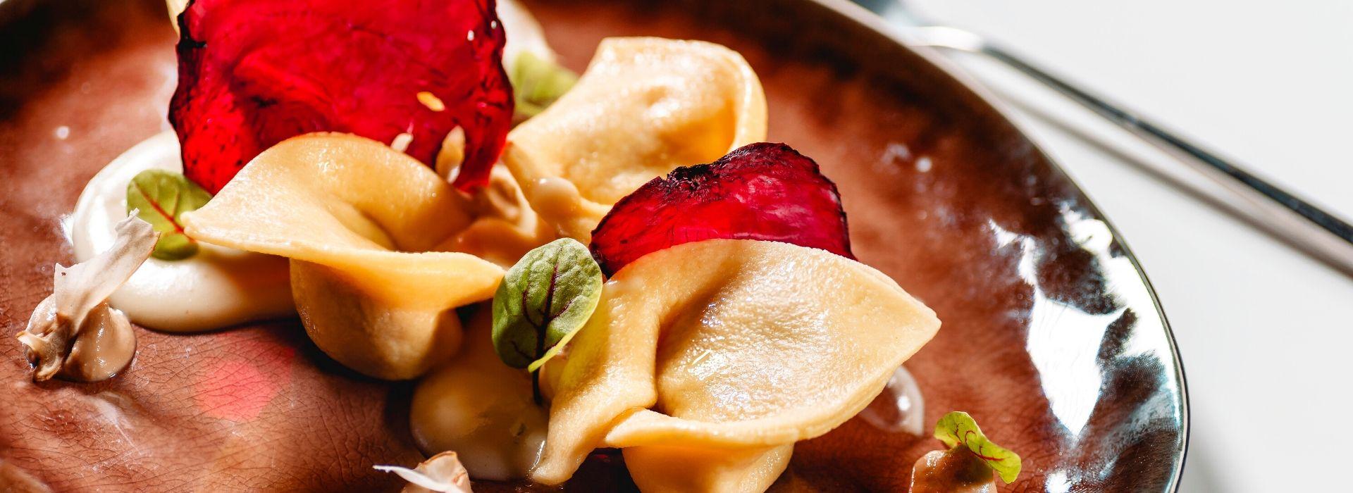 Cappellacci ripieni di rape rosse, su crema di topinambur e zabaione di vino rosso